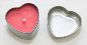 Kerze in Herzform mit Vanilleduft in einer Metalldose