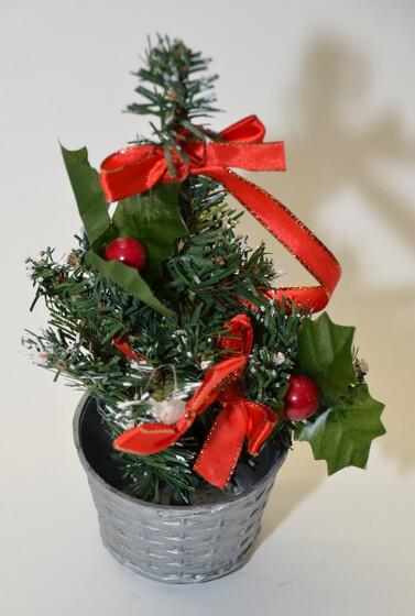 Dekoration Weihnachtsbaum.Weihnachtsbaum Tannenbaum 20cm Hoch Mit Dekoration In Vier Verschiedenen Farben
