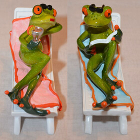 Frosch auf einem Liegestuhl mit Buch oder Cocktail zwei...