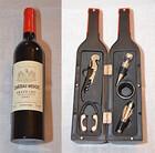 Weinflasche als Geschenkset mit fünf nützlichen Zubehörteilen