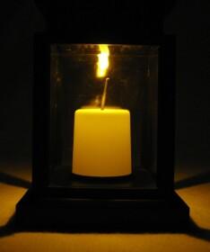 Solar LED Laterne mit orangener LED für bis zu 6...